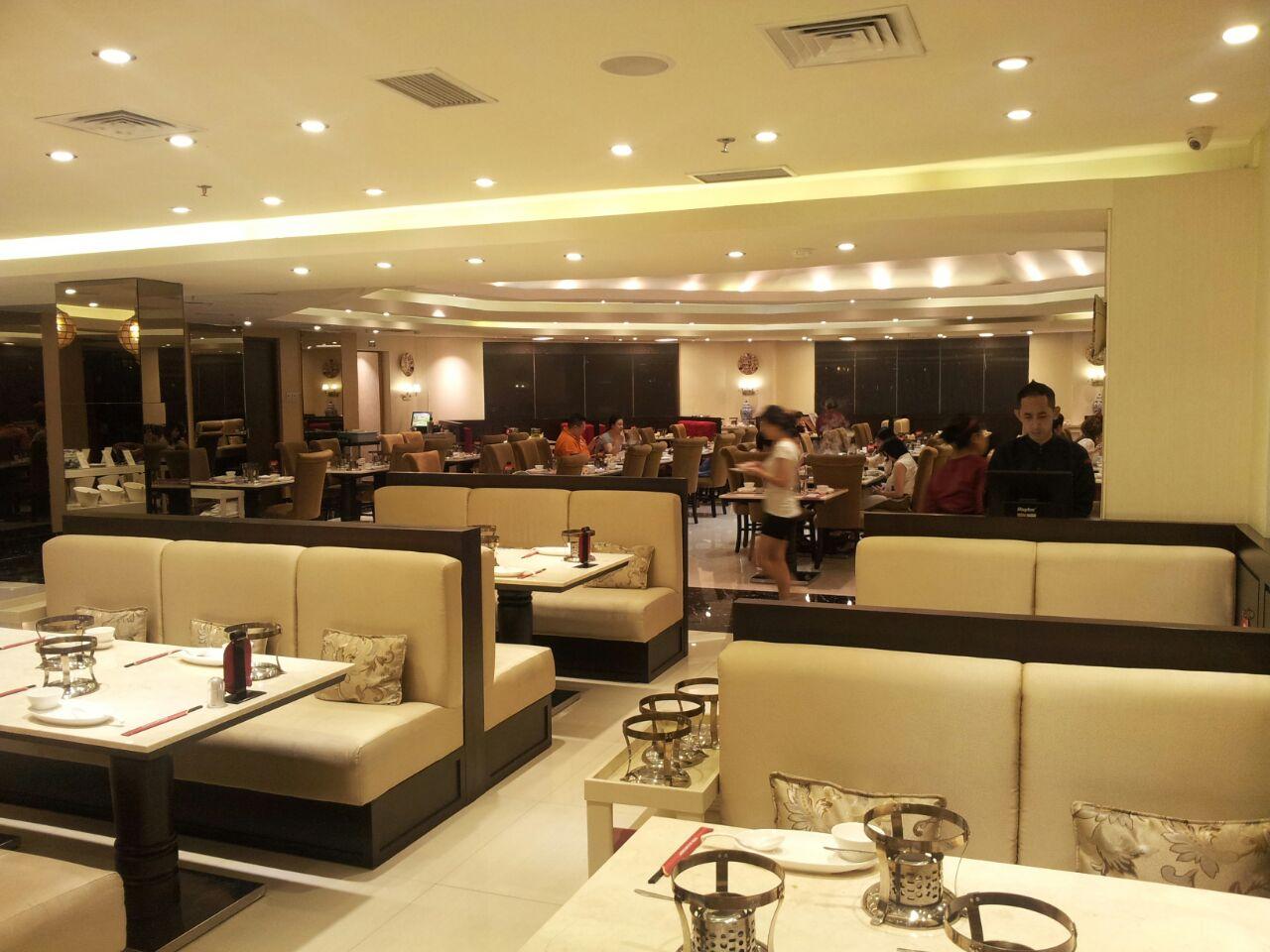 Restoran elegan lengkap dengan sofa yang mewah
